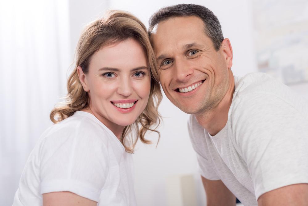 муж и жена улыбаются