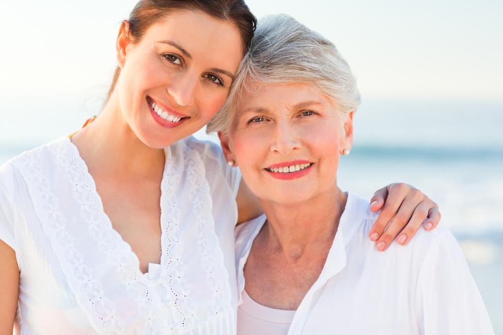 улыбающаяся дочь с матерью