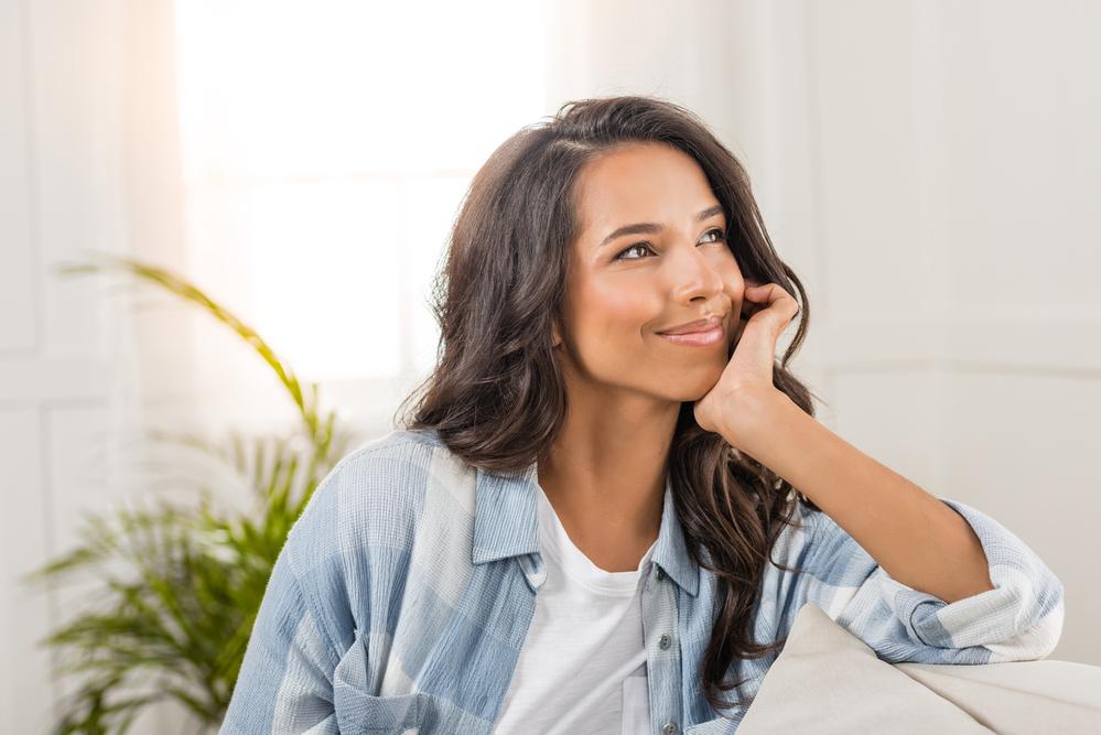 улыбающаяся молодая женщина