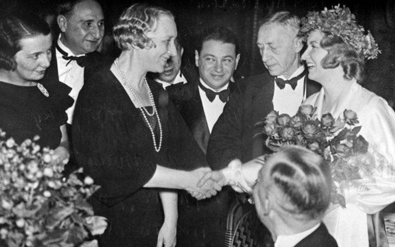 И.Бунин получает Нобелевскую премию