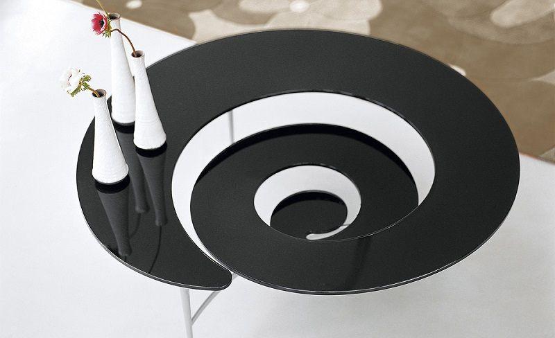 Стол в виде стеклянной спирали