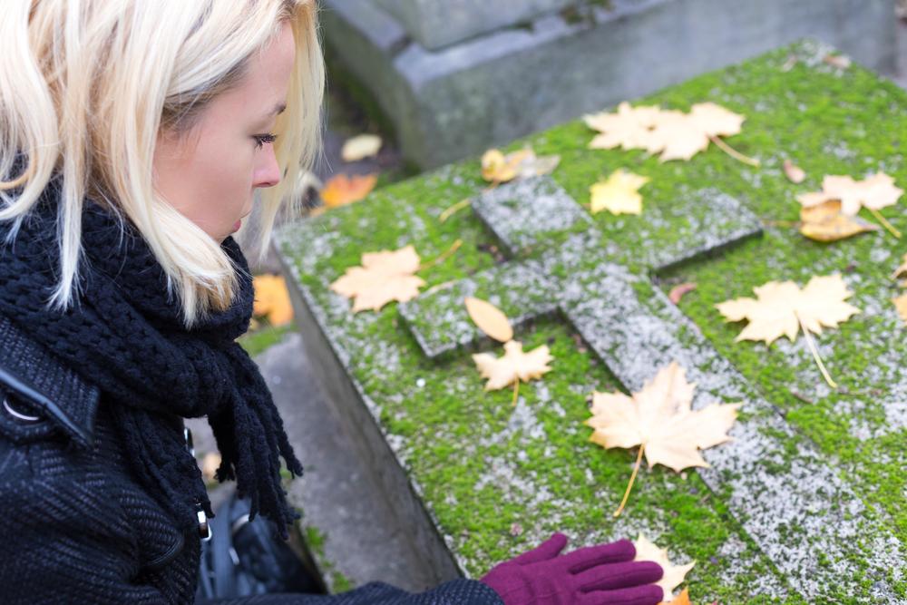 внучка на могиле бабушки