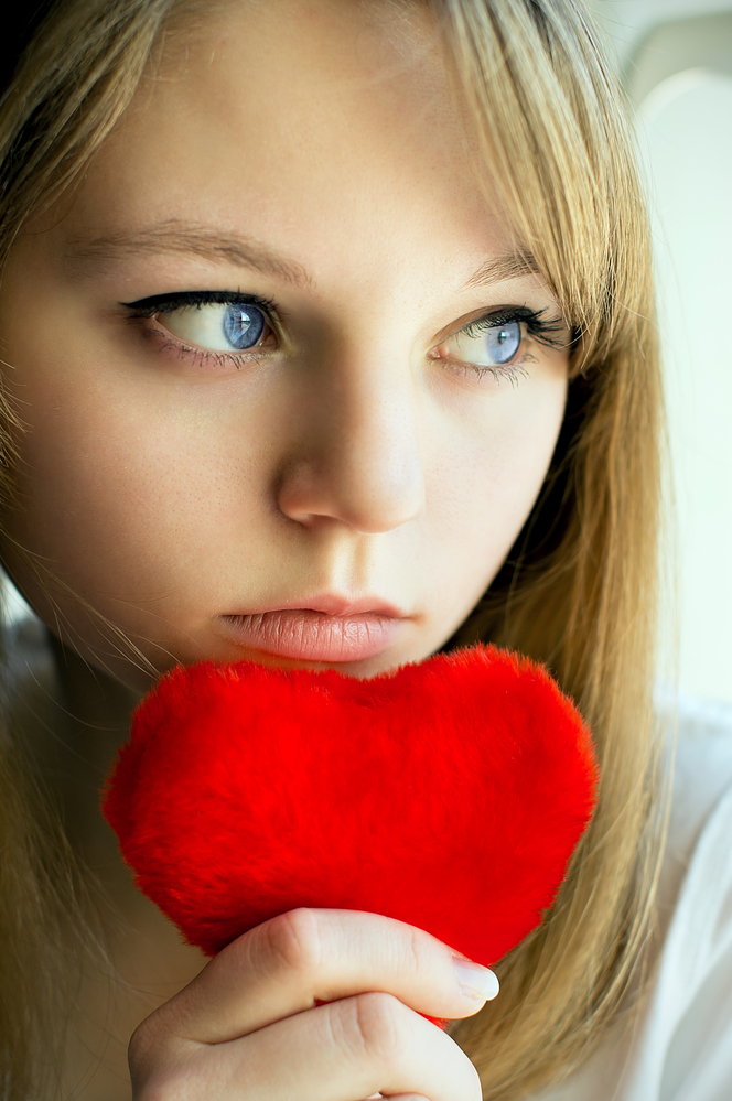 грустная девушка думает о любви