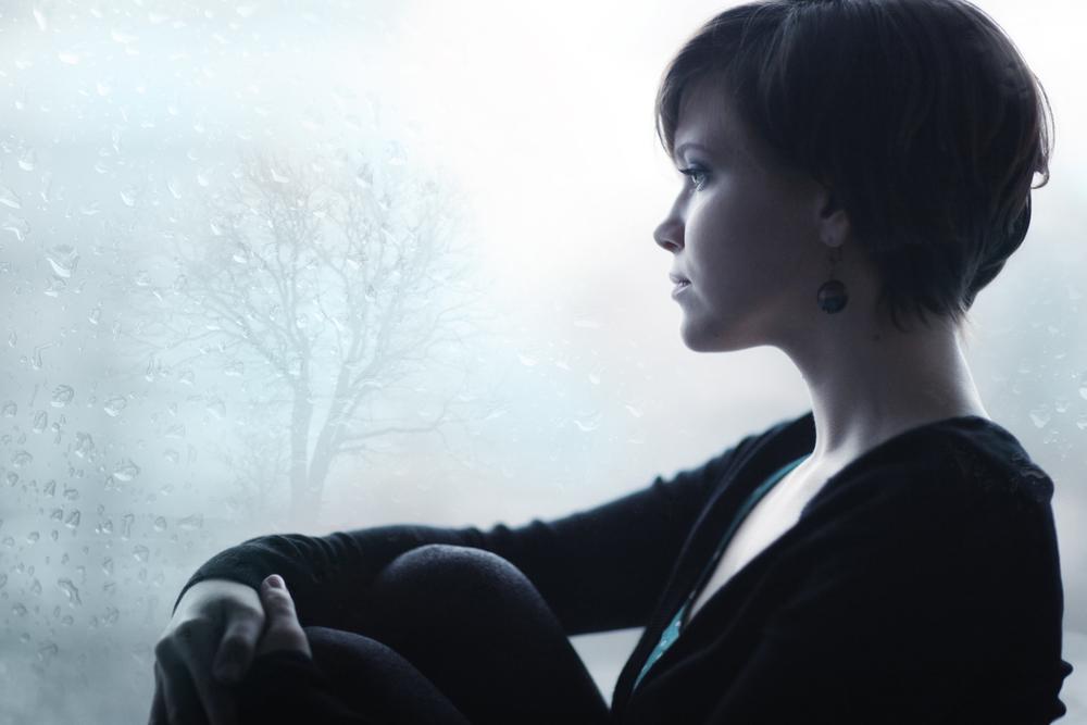 девушка грустит глядя в окно
