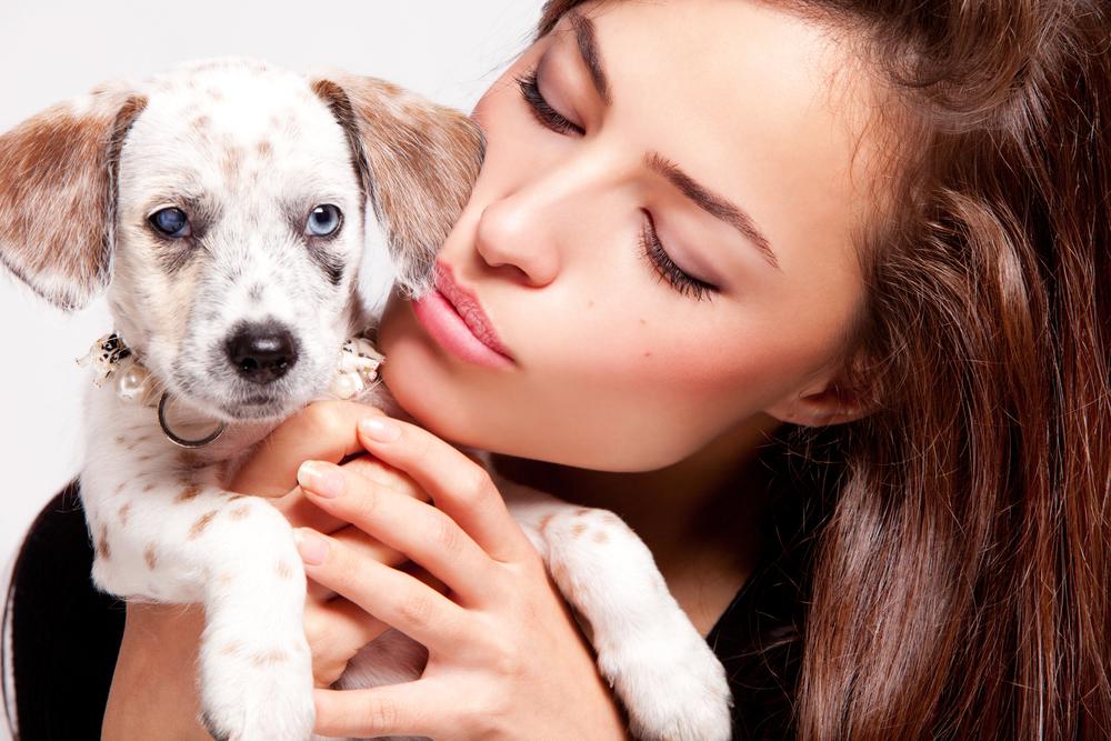 женщина и щенок
