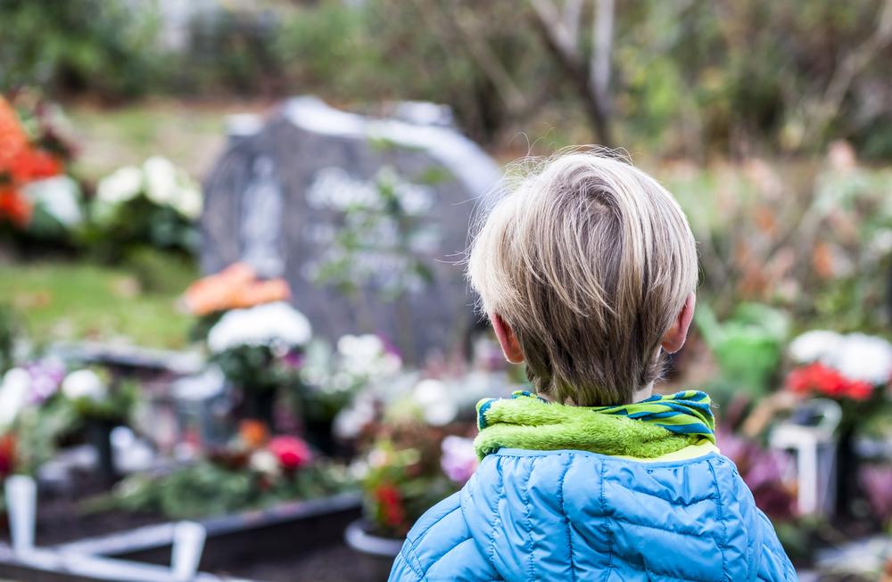маленький мальчик на могиле отца