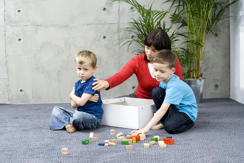 мама играет с двумя сыновьями
