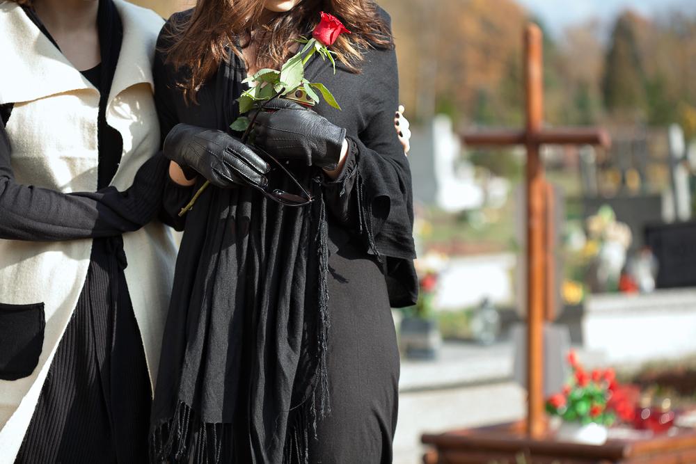 мать и дочь на кладбище