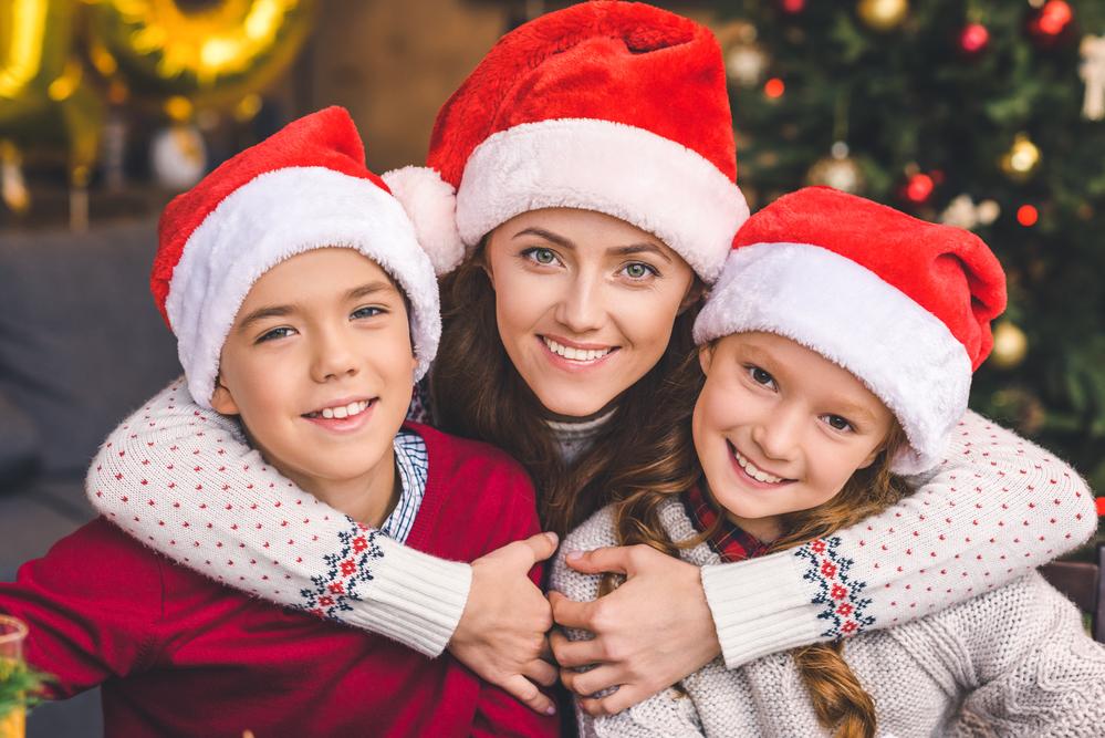 мать с детьми встречает новый год