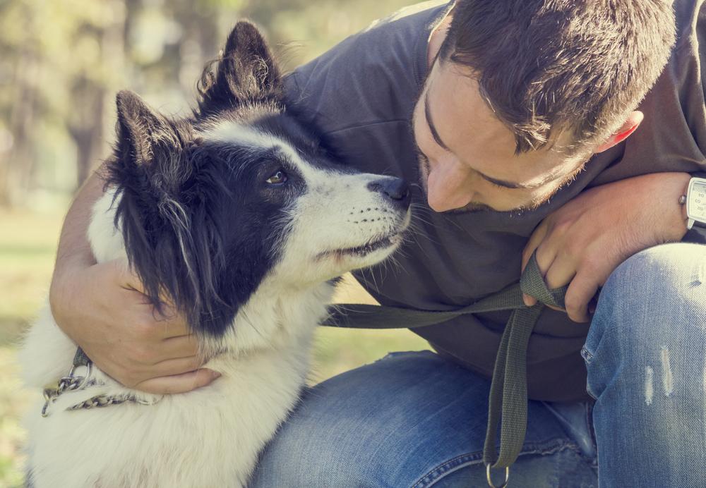 молодой человек с собакой