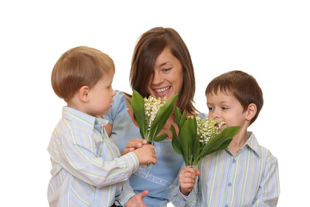 счастливая мама и ее два сына