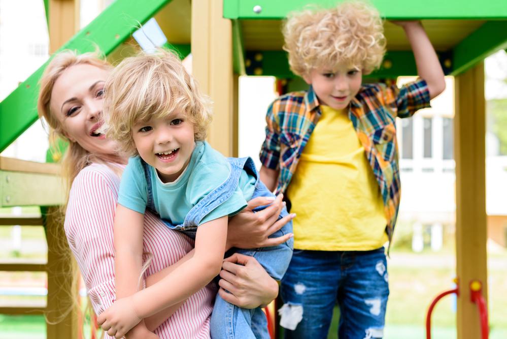 счастливая мать с двумя сыновьями