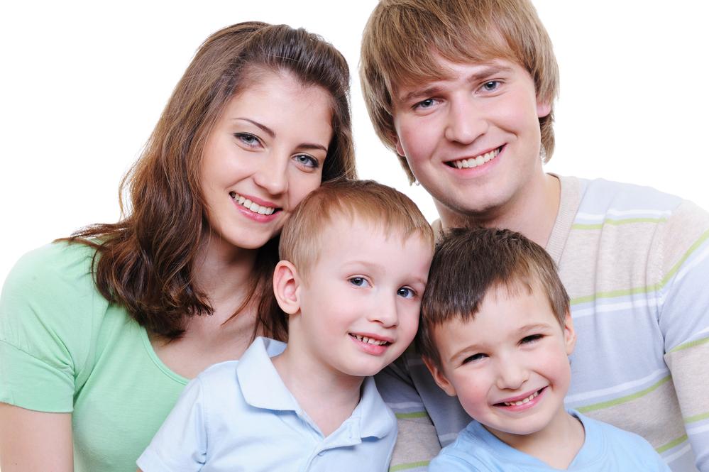 счастливая семья с двумя сыновьями