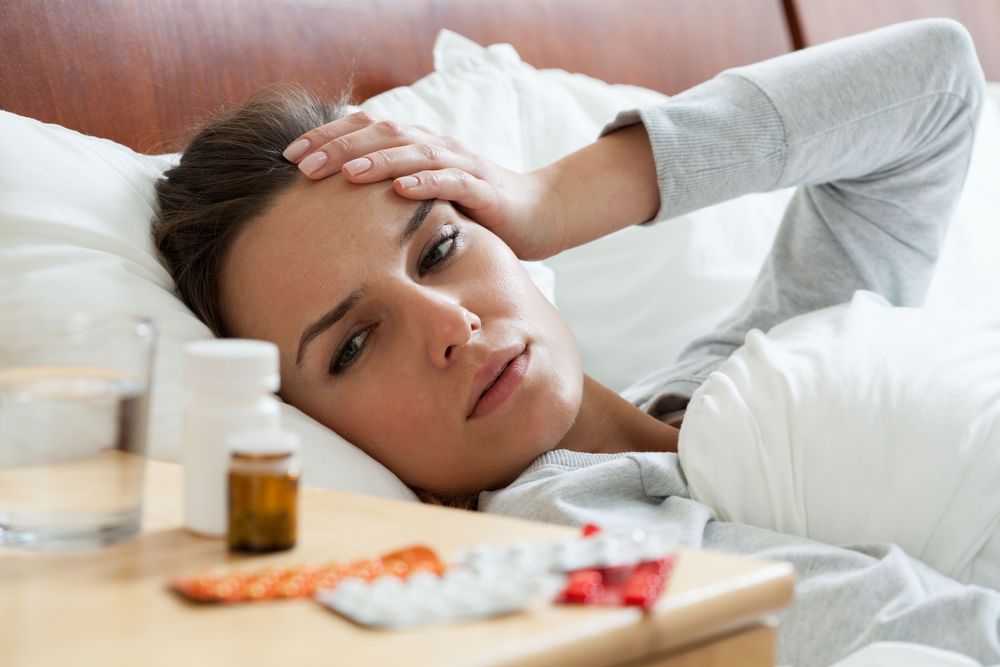 женщина болеет и пьет лекарства