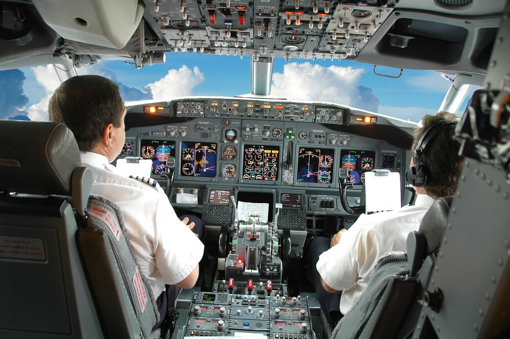 летчик в кабине самолета