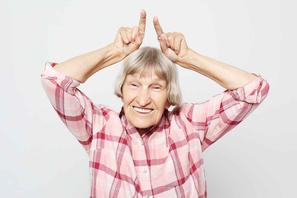 бабушка смеется