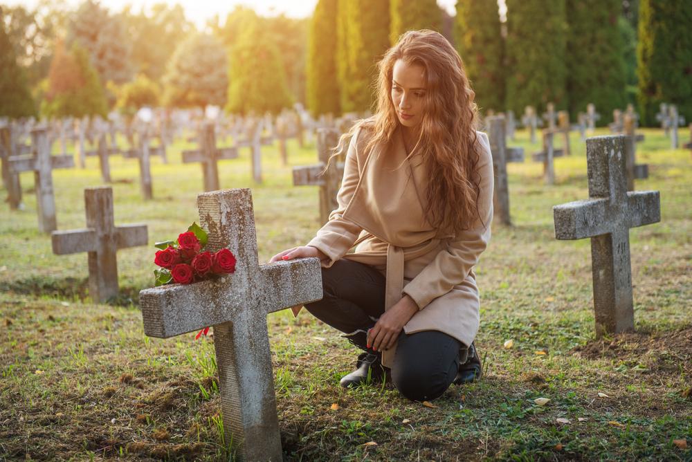 внучка на могиле дедушки