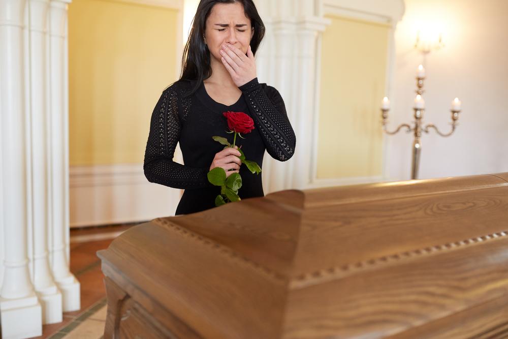 внучка плачет на похоронах дедушки