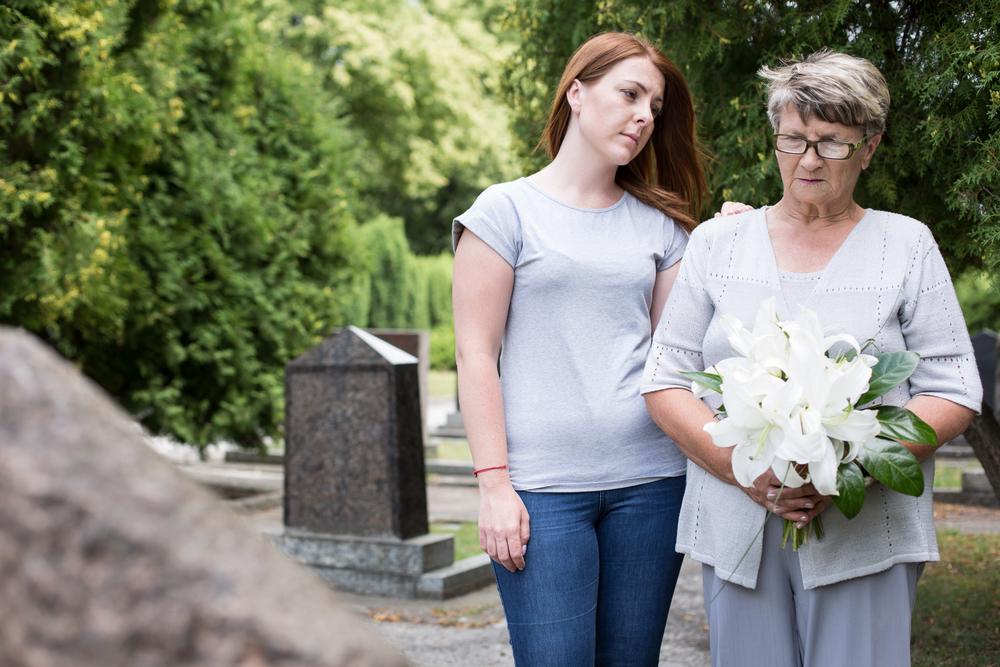 внучка с бабушкой на могиле дедушки