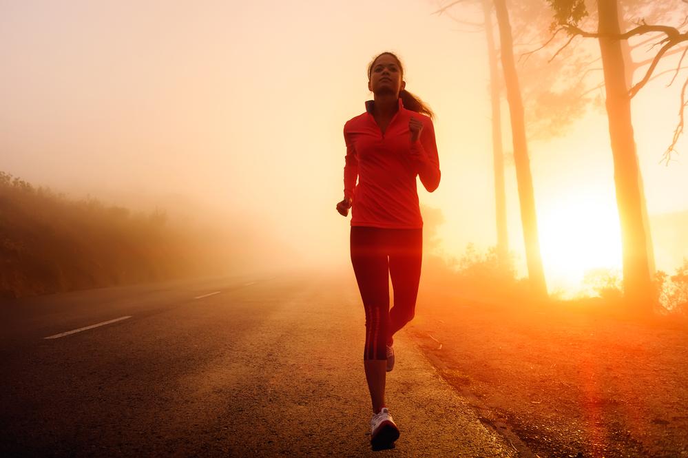 женщина тренируется