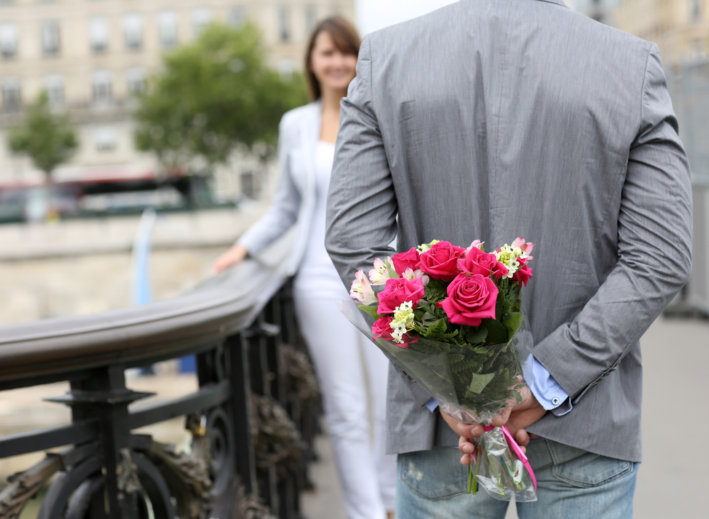 Дарят цветы картинка