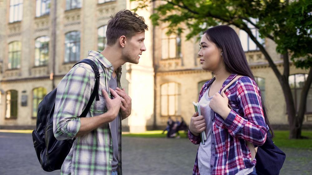 парень ругается с бывшей девушкой