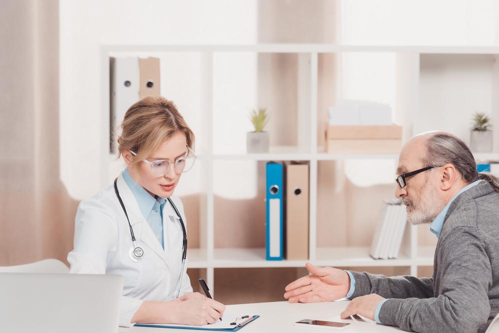 пожилой пациент на приеме у врача