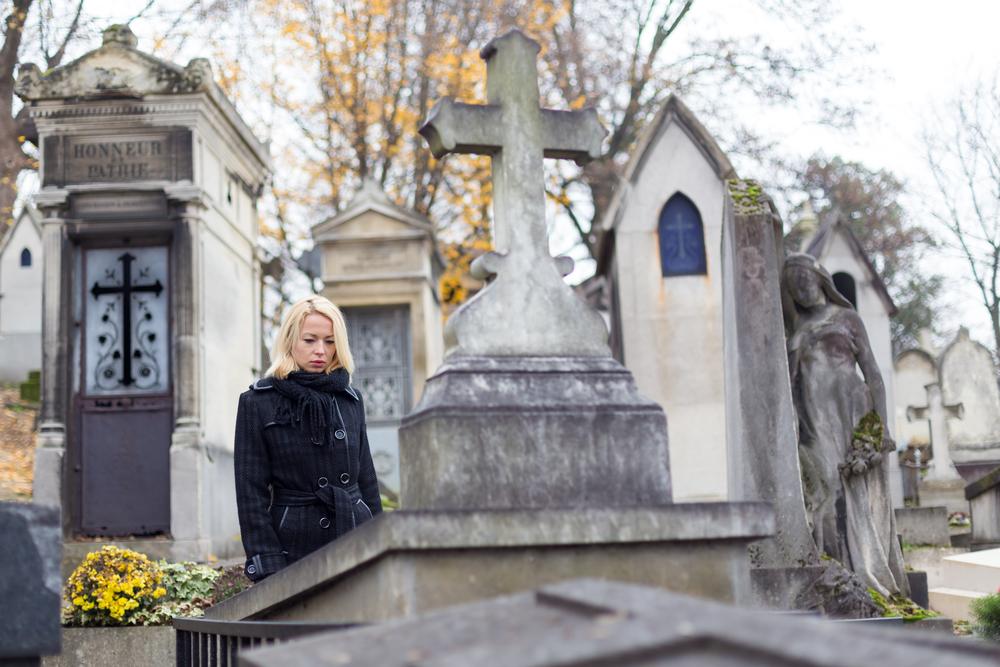 сестра пришла на кладбище на могилу брата