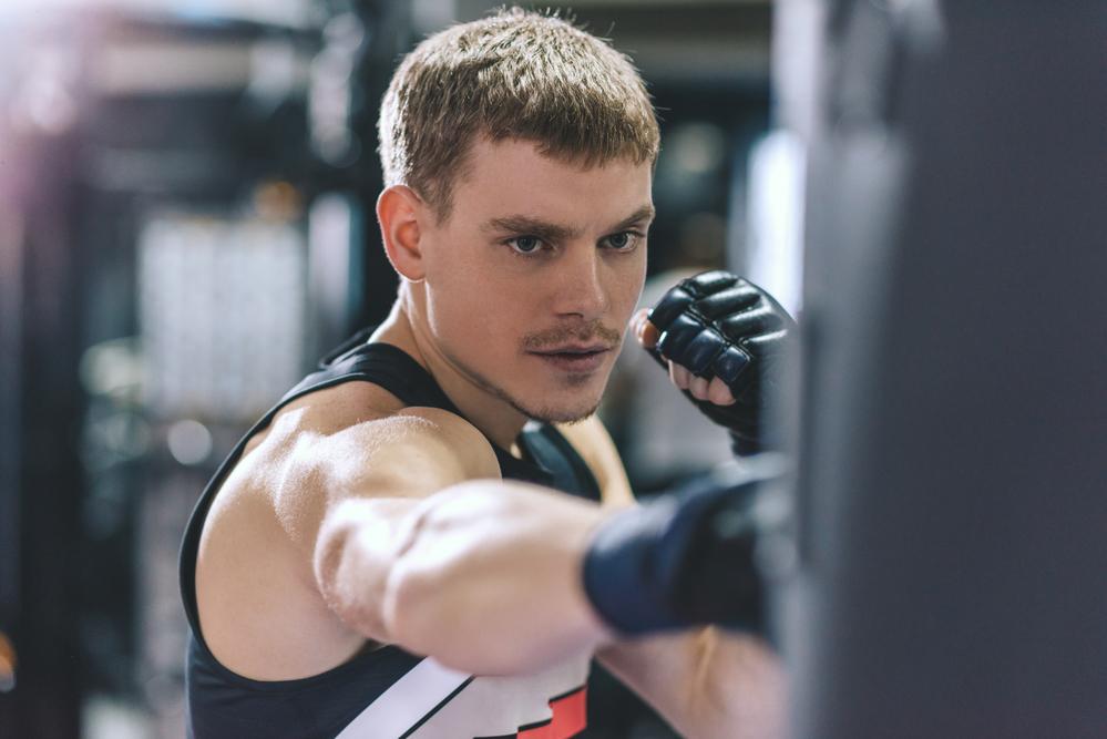 спортсмен тренируется