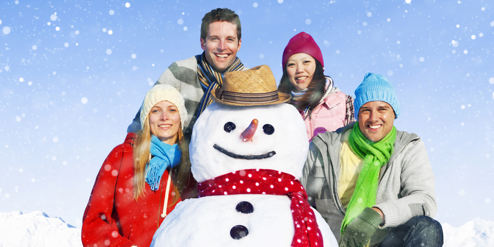 группа друзей зимой