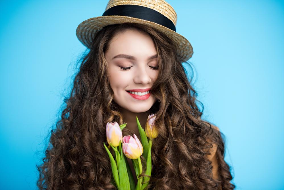 девушка улыбается весной