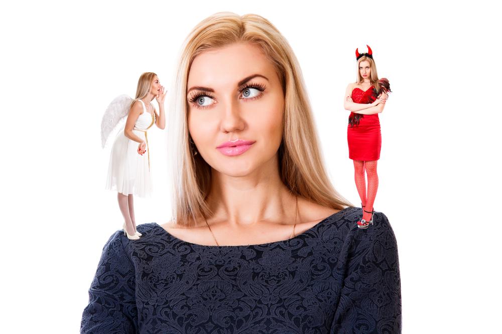 женщина выбирает между ангелом и демоном