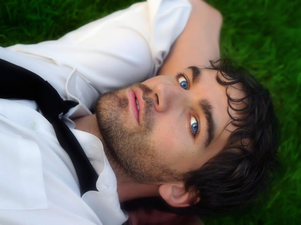 молодой человек с голубыми глазами
