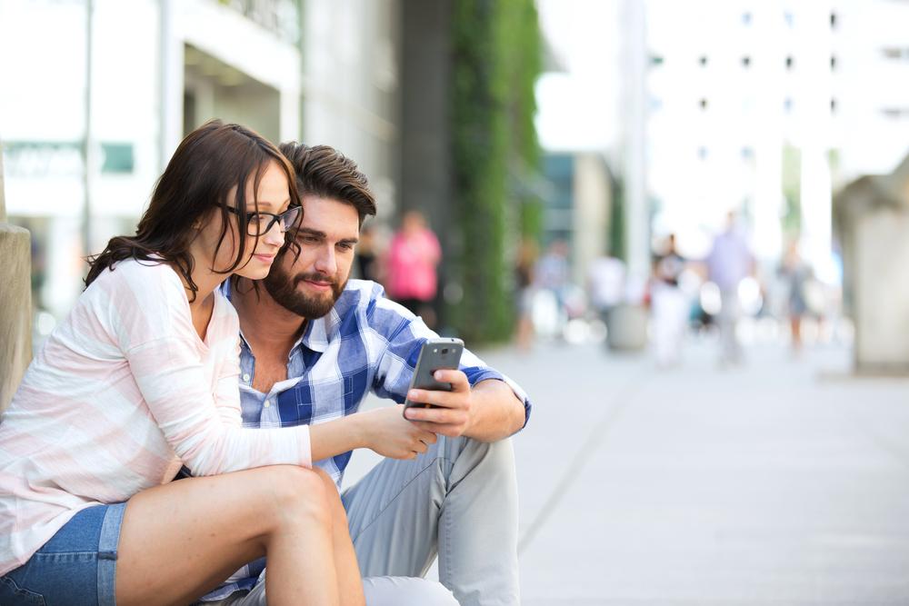 пара вместе смотрит смартфон