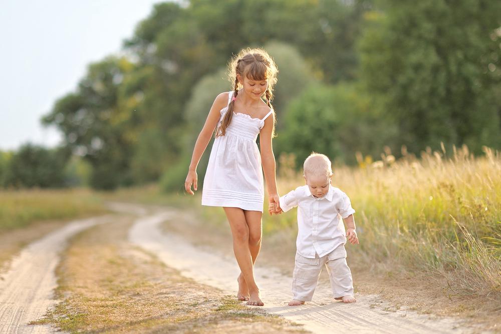 сестра гуляет с маленьким братом