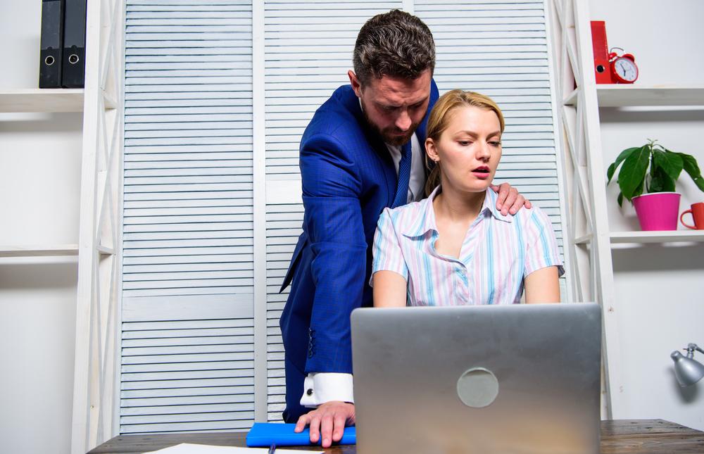женщина терпит своего начальника на работе
