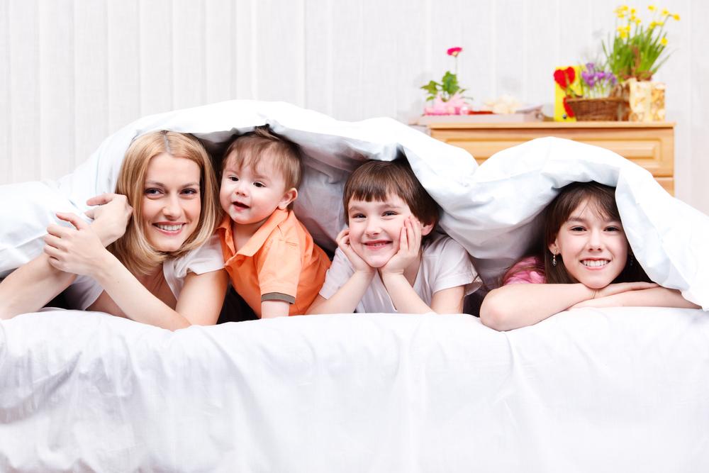 мать и три ее ребенка
