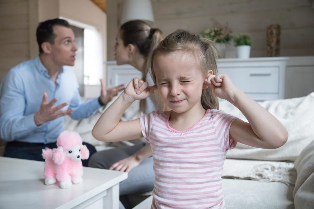 непутевый отец ругается при своем ребенке