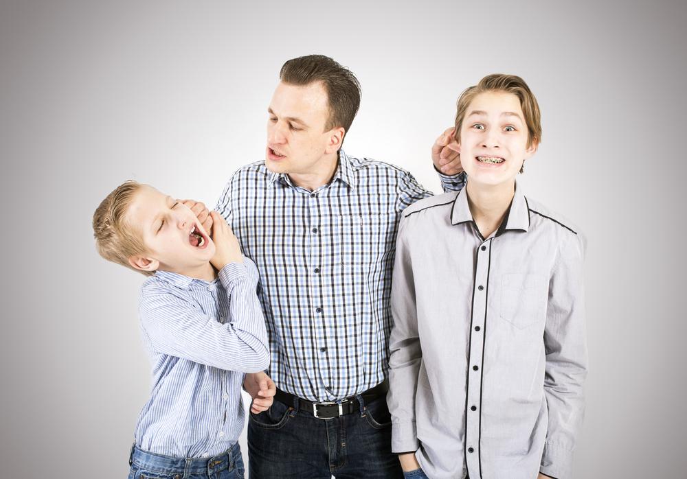 отец наказывает сыновей