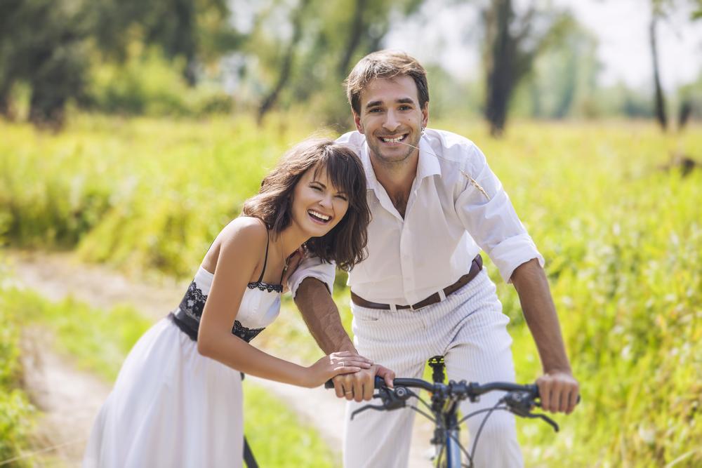 пара в мае с велосипедом