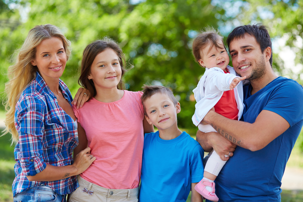 счастливая пара с тремя детьми