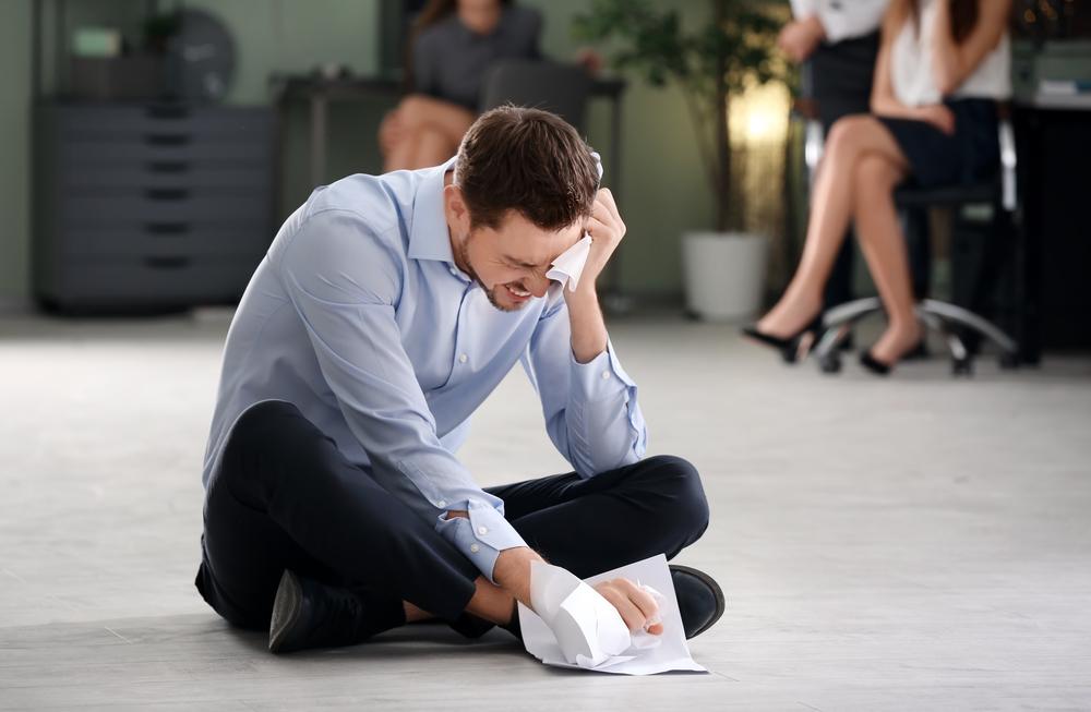 человек расстроился на работе