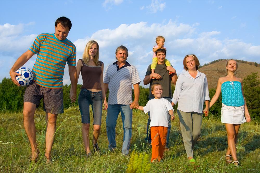 большая семья на природе