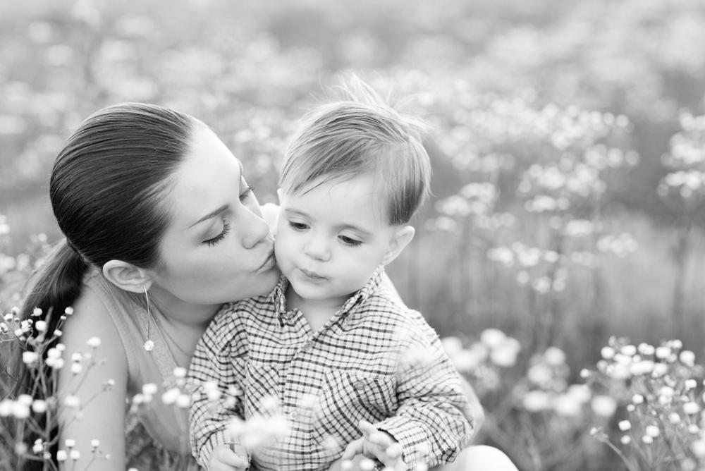 мама гуляет с двухлетним сыном