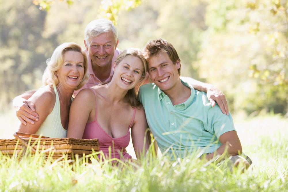 родители со взрослыми детьми на пикнике
