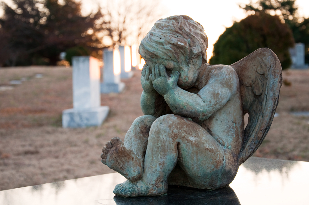 ангел плачет на кладбище