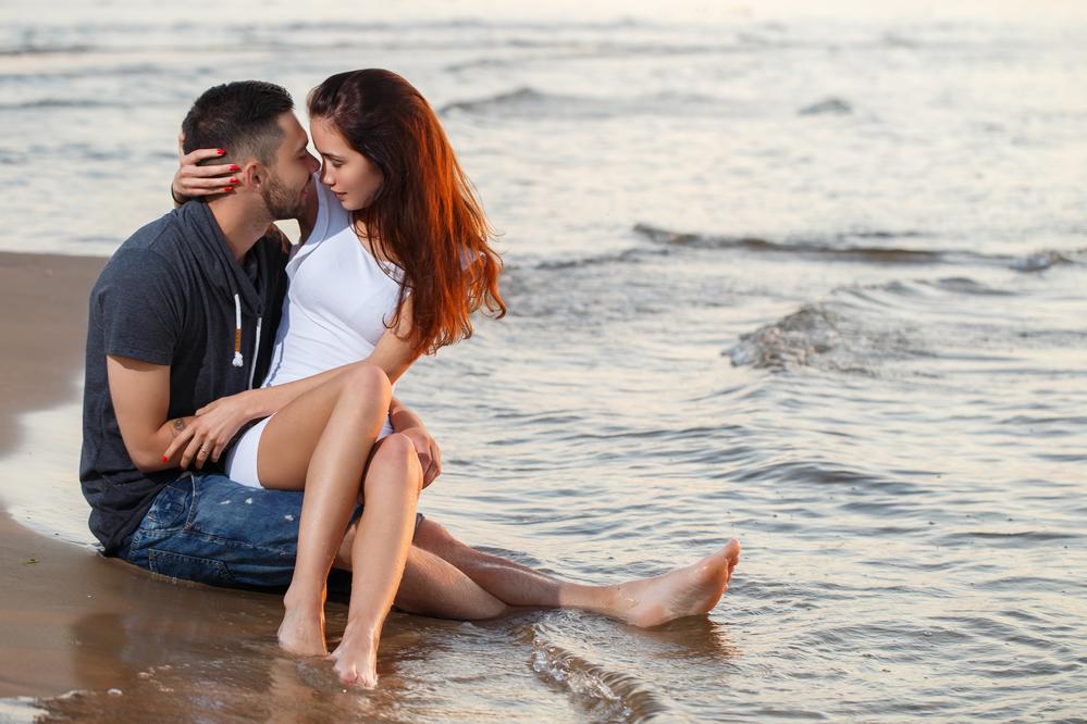 встреча парня и девушки на пляже