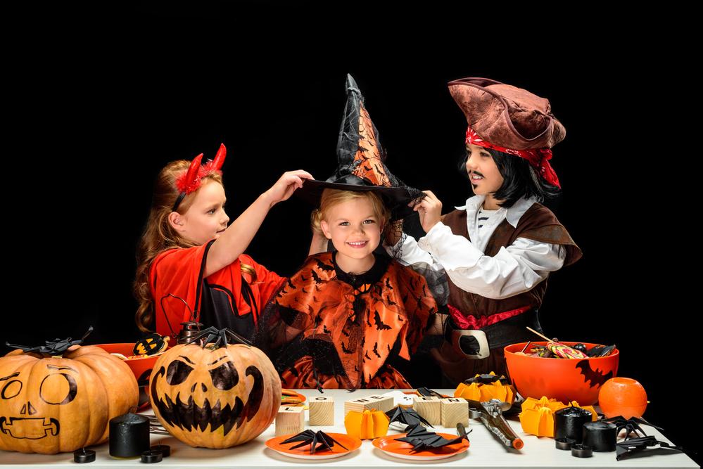 дети в хэллоуин в костюмах