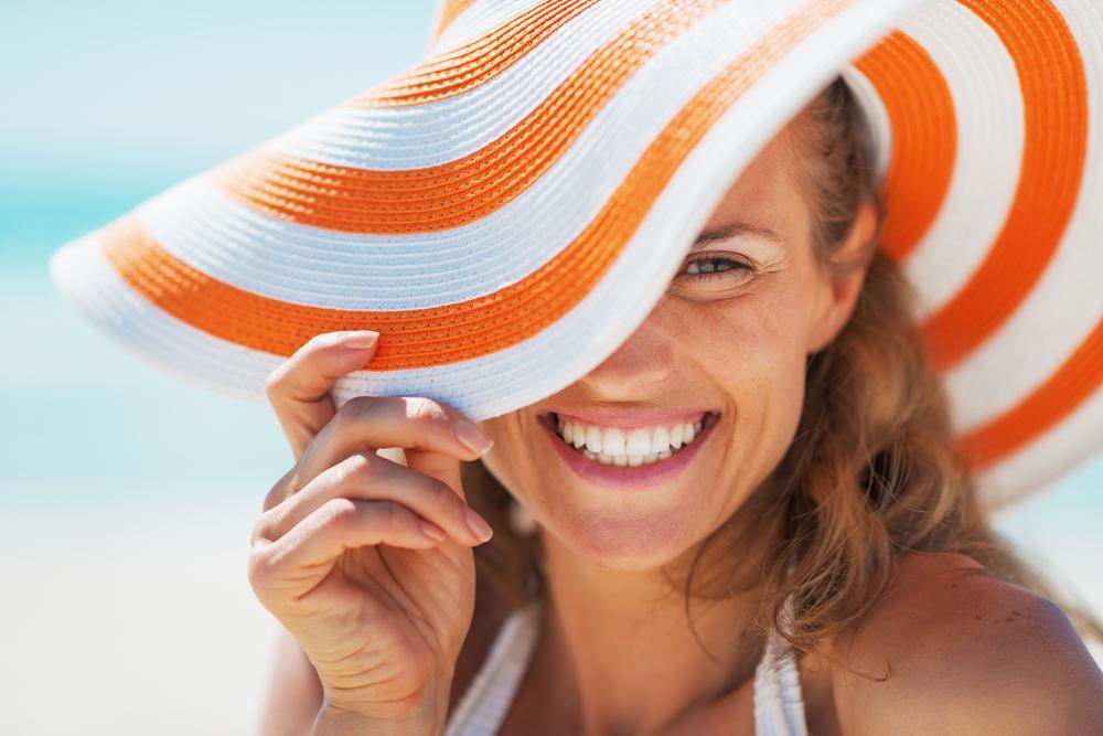 женщина улыбается на отдыхе в июле
