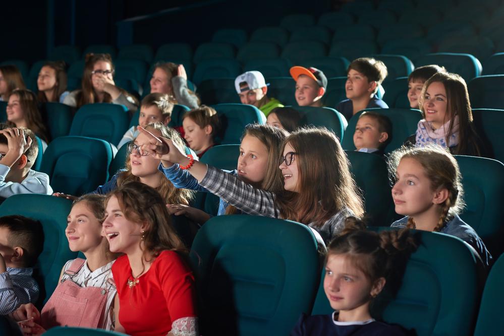 зрители с интересом смотрят представление